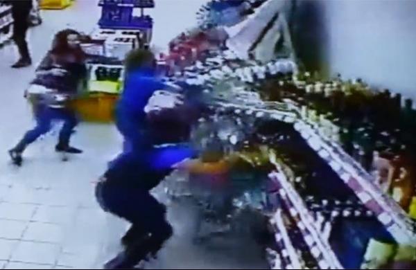 Câmera flagra prateleira de bebidas despencando em supermercado