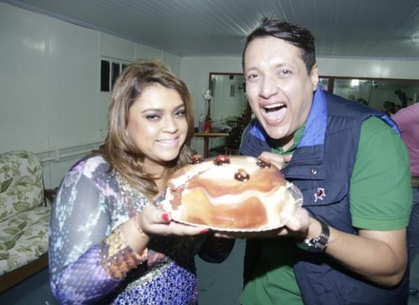 Preta Gil toca em aniversário, resiste à tentação e abre mão de comer bolo