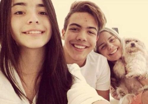 Ronald posa ao lado da namorada e da mãe, Milene Domingues