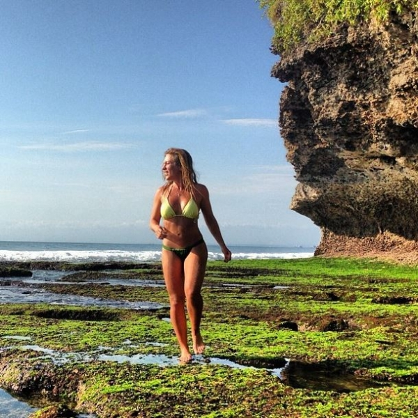 De biquíni, Ludmila Dayer exibe o corpão em Bali