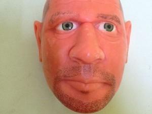 Detento faz máscara de sabonete com rosto de agente penitenciário