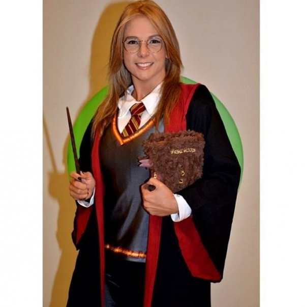 Carla Perez usa figurino inspirado em Harry Potter