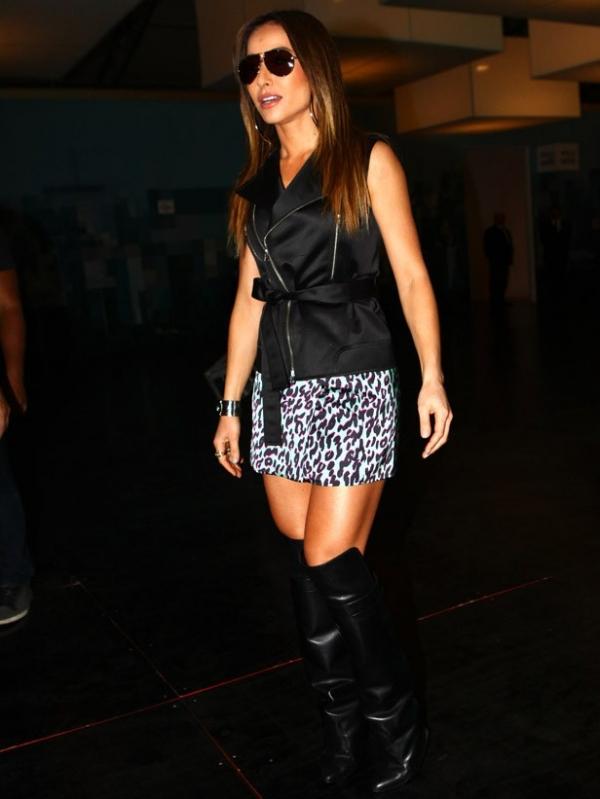 Sabrina Sato rouba a cena na pimeira fila de Reinaldo Lourenço