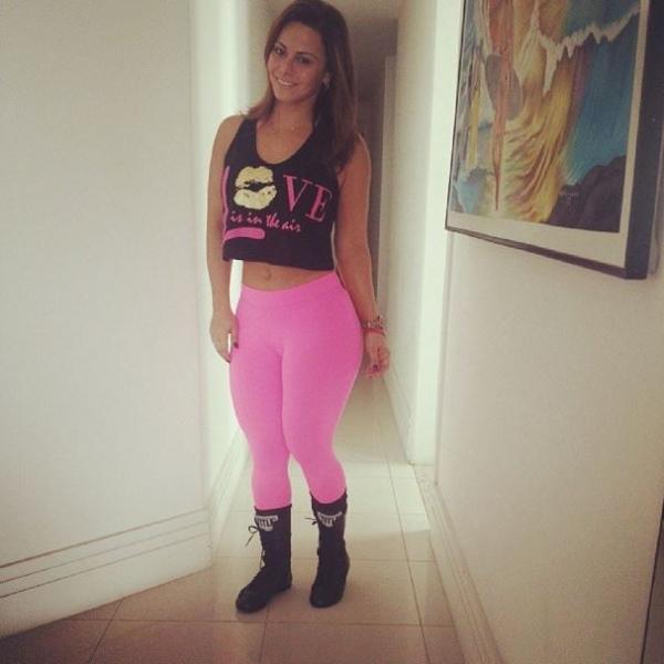 Viviane Araújo posa de barriguinha de fora antes de malhar