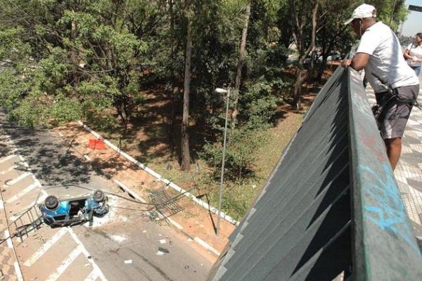 Carro despenca de viaduto em São Paulo; veja fotos!