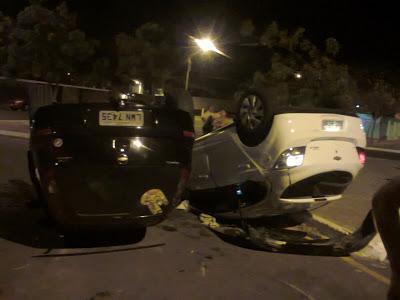 Carros que trafegavam em avenida colidem e capotam em Parnaíbam