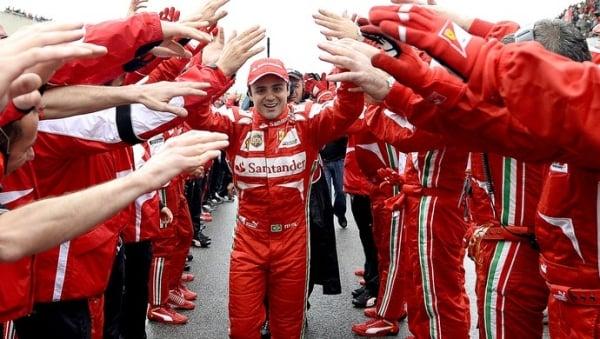 Diante de 15 mil fãs, Felipe Massa ganha festa de despedida da Ferrari