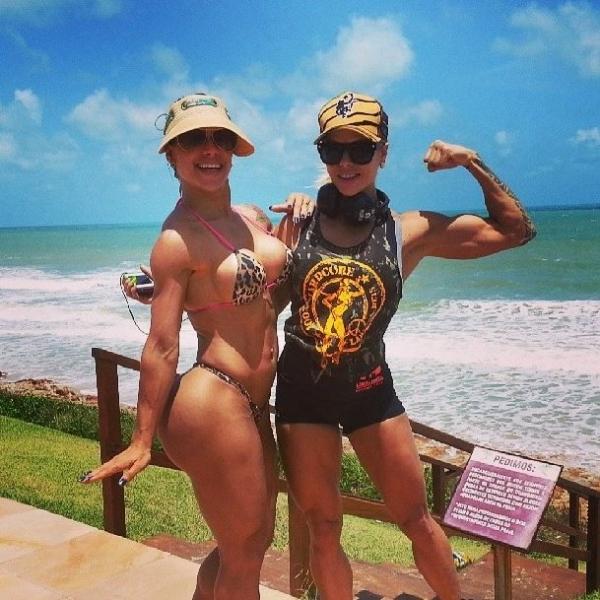 Mulher de Frota ganha tapinha no bumbum de uma amiga na praia