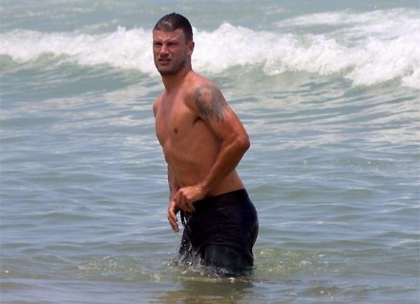 Nada discreto, Rodrigo Hilbert arruma calção ao sair do mar