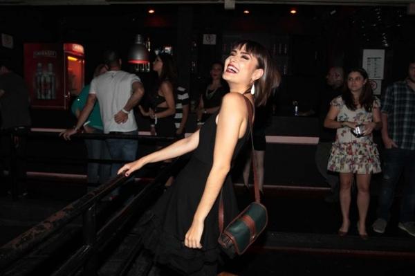 Nada tira Maria Casadevall da pista em noite de festa animada em S縊 Paulo