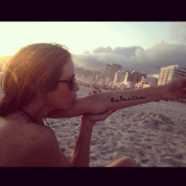 Ticiane Pinheiro exibe tatuagem em homenagem a Rafinha Justus