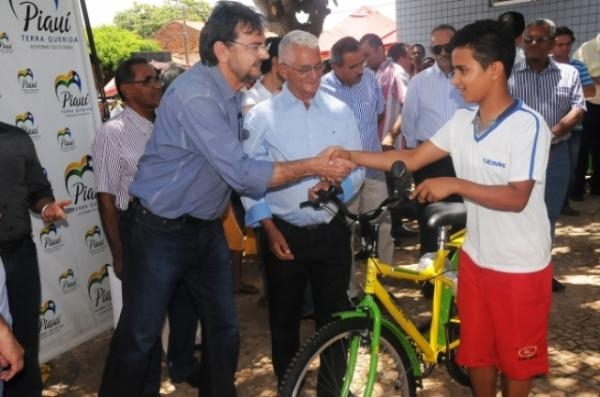 Wilson Martins entrega 481 bicicletas do Pedala Piauí