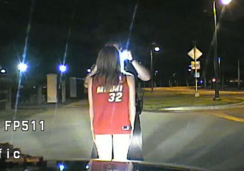 5af715f6e Jovem é presa nos EUA dirigindo bêbada de sutiã e só calcinha