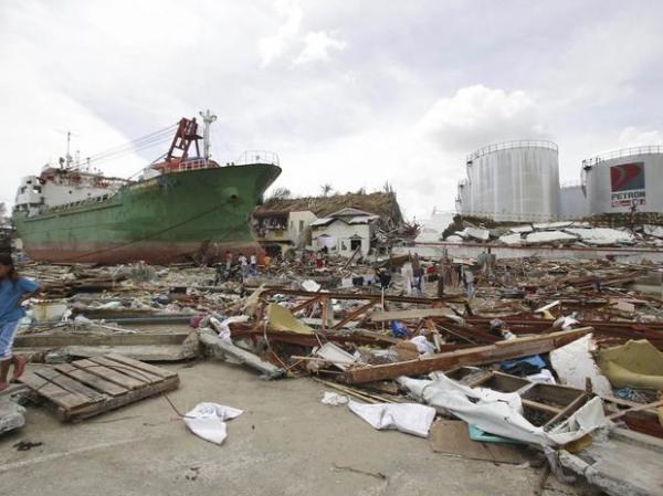 Após perder a mãe e se agarrar a poste para sobreviver a tufão, jovem dá à luz