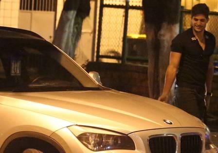 Ex-BBB Fernanda Keulla chega de carrão à churrascaria, com direito a mão boba do namorado