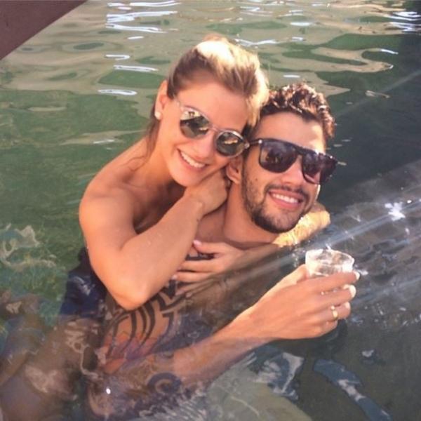 Gusttavo Lima curte dia de sol agarradinho com a noiva em piscina