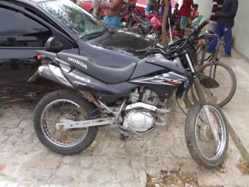 Polícia recupera moto que foi roubada em Oeiras e apreende dois menores