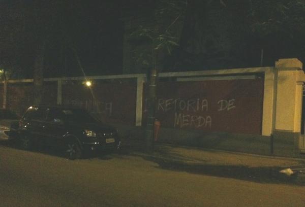 Após demissão de Luxa, muros do Fluminense são pichados novamente
