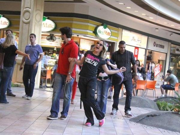 Despojada, Claudia Leitte passeia com fam匀ia em shopping