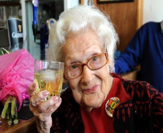 Mulher com 100 anos de idade já fumou, pelo menos, 500.000 cigarros