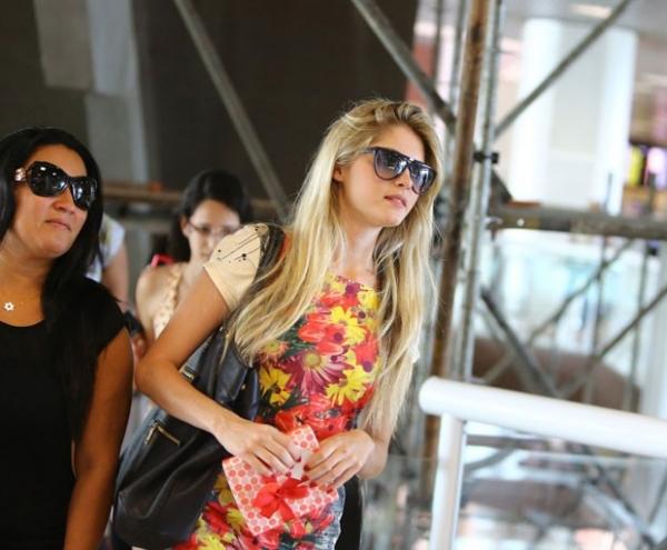 Separadas, Monique e Bárbara Evans embarcam em aeroporto