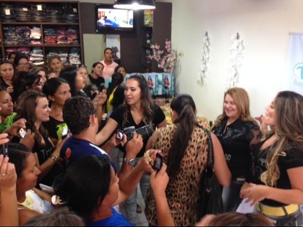 Anamara recebe fãs durante evento em Teresina