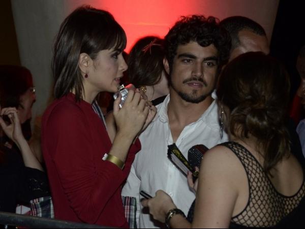 Após troca de carinhos, Caio Castro e Casadevall deixam prêmio juntos