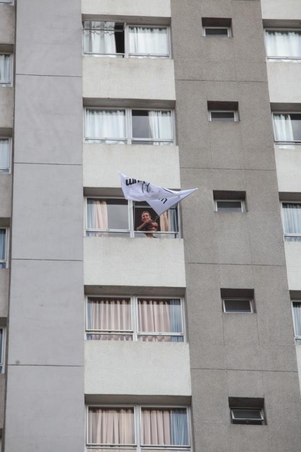 De topless, Andressa Urach aparece em janela de hotel