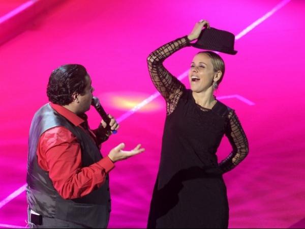 Giulia Gam se empolga e dança até o chão em show após premiação
