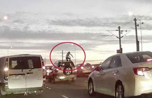 Homem assusta motoristas ao dar cabeçadas em veículos na Austrália