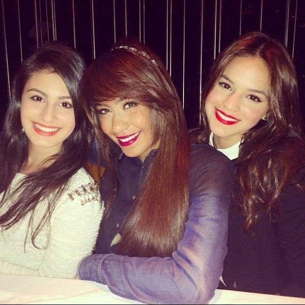 Maquiadas, Rafaella Santos e Bruna Marquezine badalam juntas