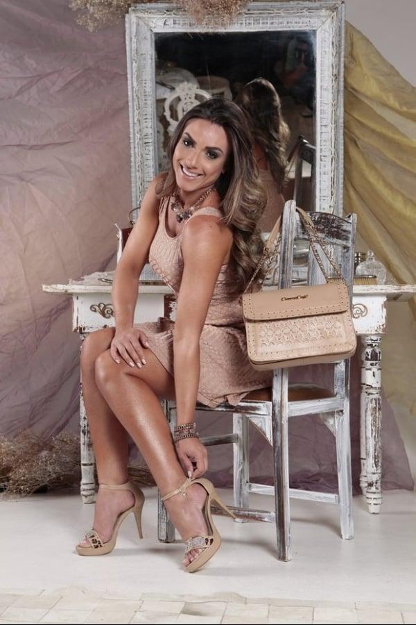 Nicole Bahls posa com pernas à mostra para comercial