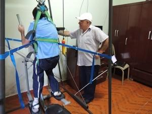 Pai cria máquina para realizar sonho de ver filho com paralisia aprender a andar