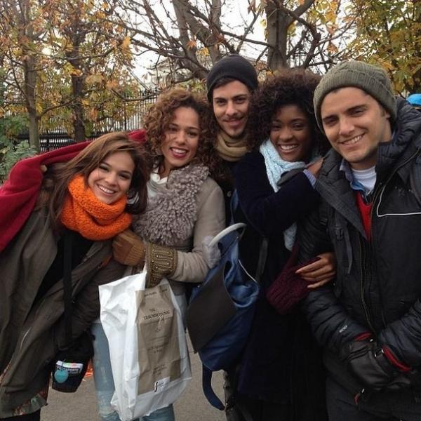 Bruna Marquezine e Bruno Gissoni passam frio em grava鈬o