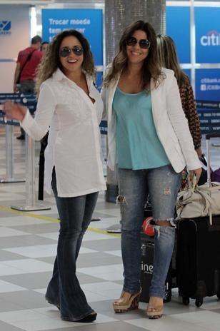 Daniela Mercury embarca com a mulher em aeroporto de SP