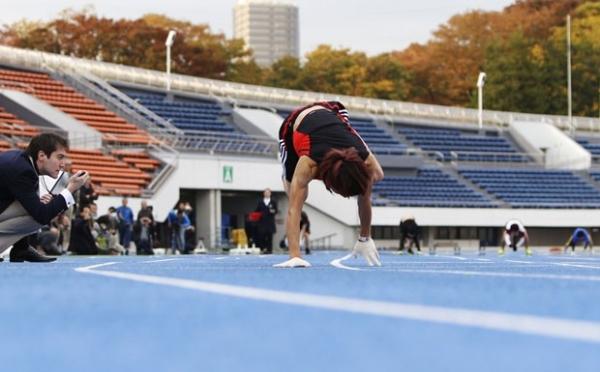 Homem japon黌 bate recorde ao correr 100 metros