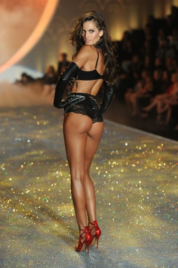 Izabel Goulart e seu bumbum roubam a cena em desfile de lingerie