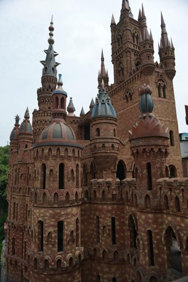 Milion疵io cria pol麥ica ao construir castelos ao estilo europeu na China