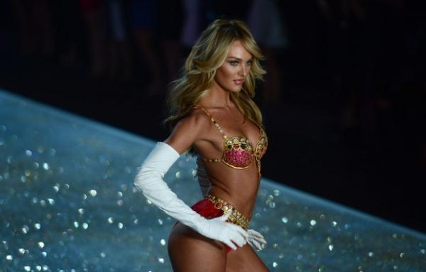 Taylor Swift apalpa e é apalpada em desfile da Victoria