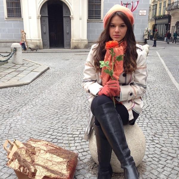 Atriz Bruna Marquezine grava capitulos de novela no frio de Viena