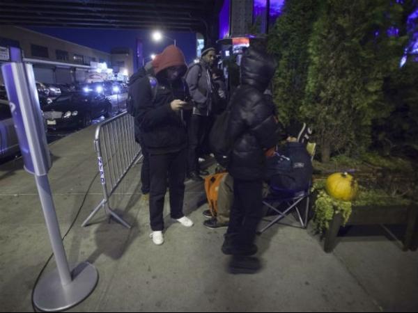 Fãs fazem fila para comprar PlayStation 4 em Nova York