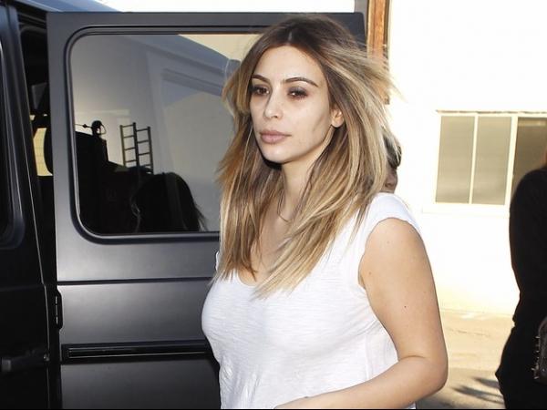 Sem maquiagem, Kim Kardashian exibe olheiras e aparência abatida