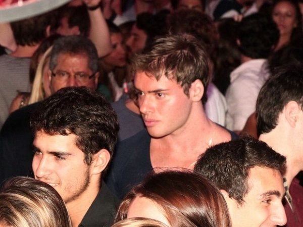 A fila andou: Olin Batista beija loira em boate de Búzios
