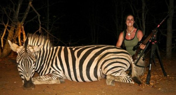 Apresentadora de TV mata leão e gera revolta ao postar foto na web