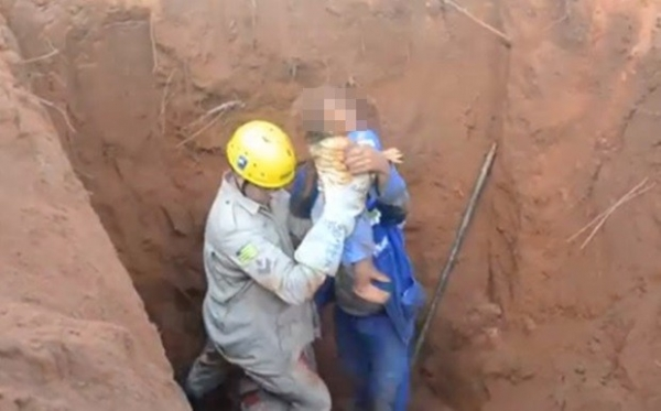 Bebê de 1 ano cai em buraco de 3m de profundidade e é resgatado