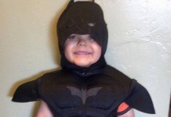 Contra a leucemia, menino tem dia de Batman e salva mascote de beisebol