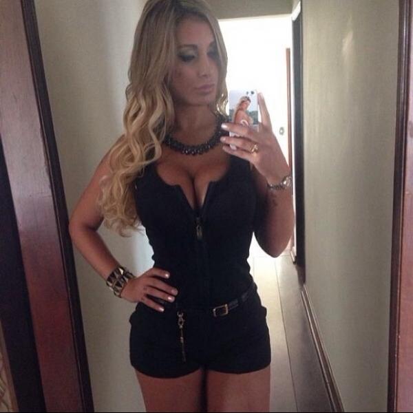 De decotão, Andressa Urach faz biquinho e sensualiza em rede social