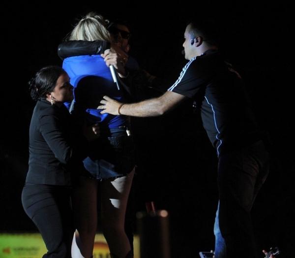 Fã invade palco do show de Gusttavo Lima em Goiás