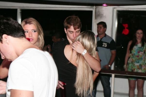 Fila andou: Olin Batista beija loira em boate de B偂ios
