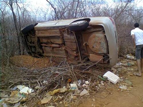 Motorista  sacado fora do carro em acidente na BR-020